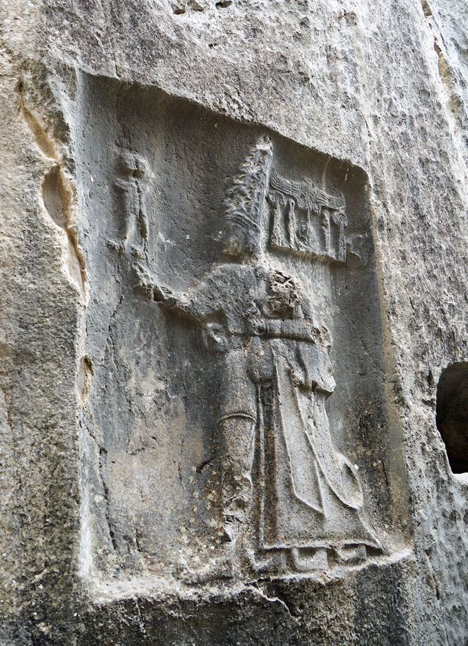 シャルマ神に抱かれるトゥドハリヤ4世の浮彫に驚く