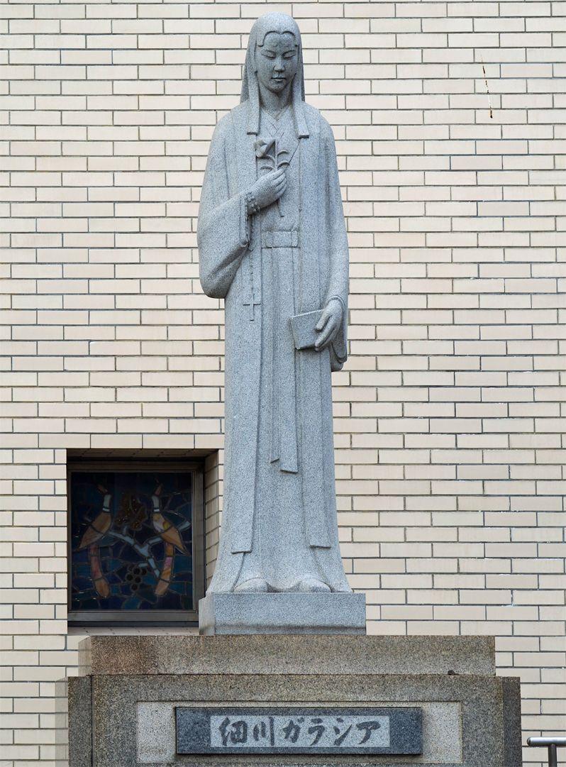 細川ガラシャ像と高山右近像