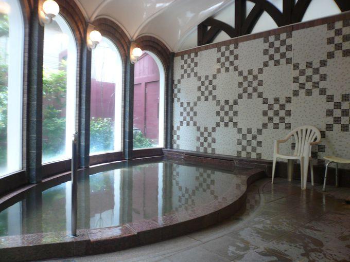 多彩な成分を含む泉質とアールデコ調の浴室