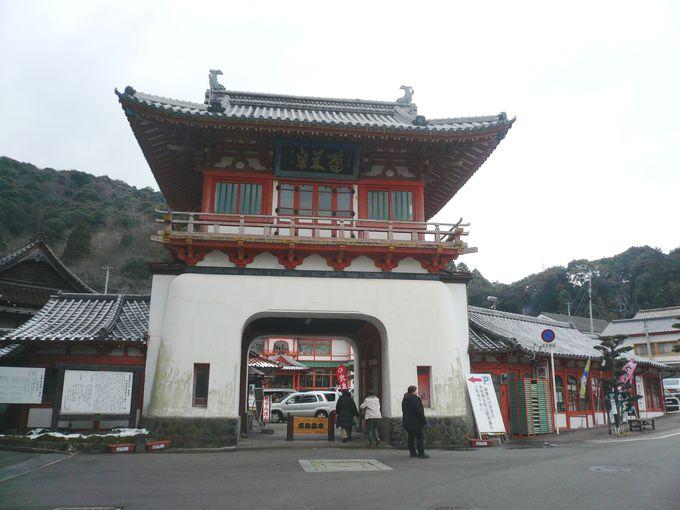 朱塗りの楼門が印象的な武雄温泉