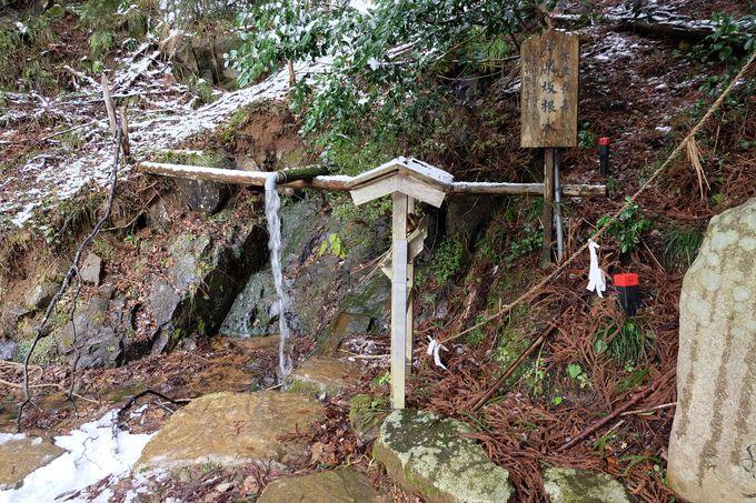 道中の「神泉坂根水」のご神水で身を清めましょう