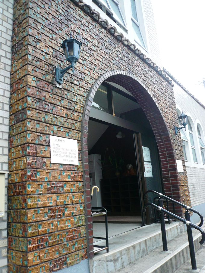 煉瓦作りの外壁が目をひく街のシンボル「御前湯」。