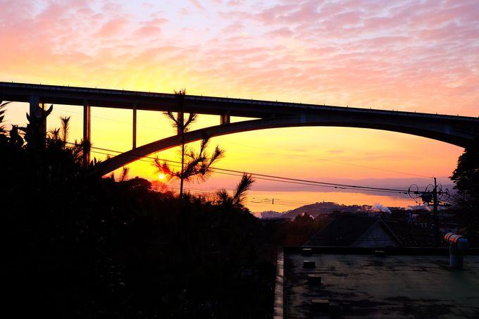 部屋から臨む朝焼けに染まる別府湾と優美な明礬大橋