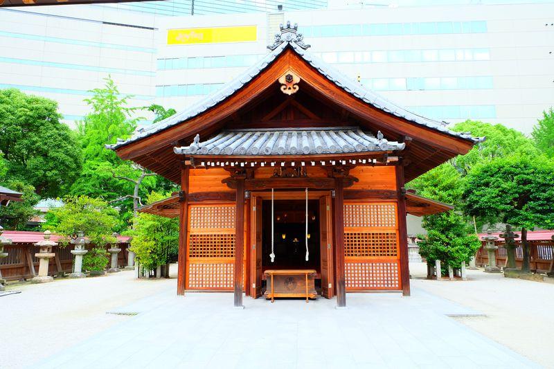 福岡・天神の街中の意外なオアシス「警固神社」で足湯も堪能