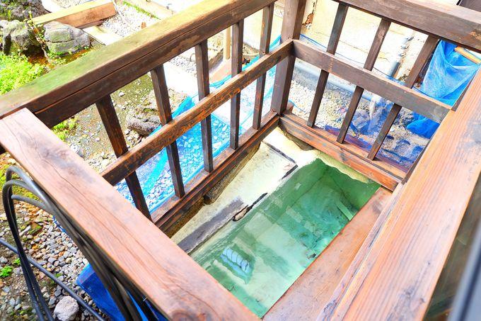 お宿の廊下から見える「若乃湯」の泉源