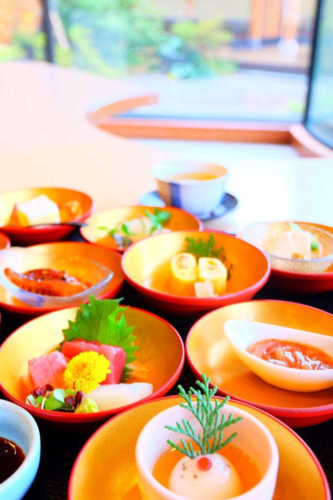 色とりどりの12皿の小鉢が女性心くすぐる「十二単」御膳