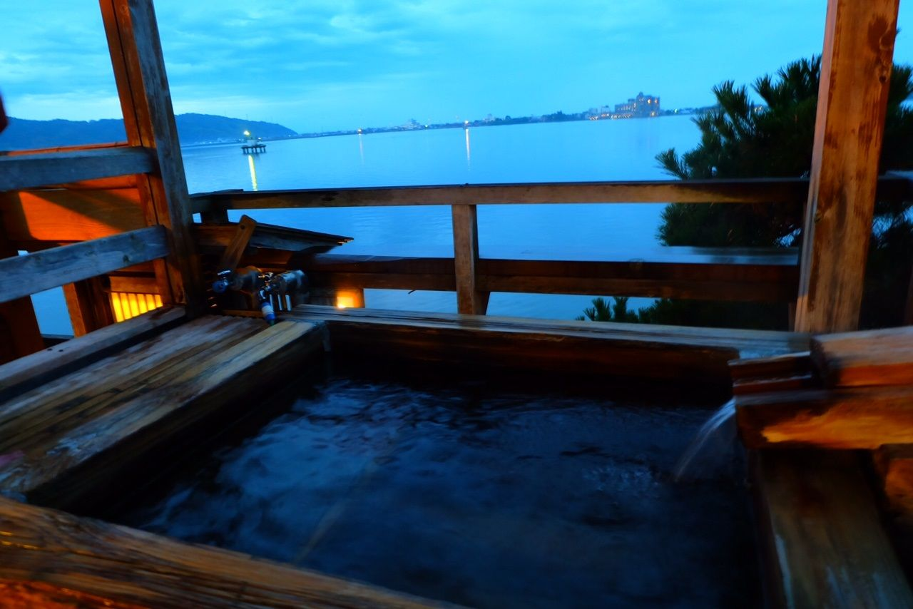 東郷池を臨む湖畔の貸切露天風呂