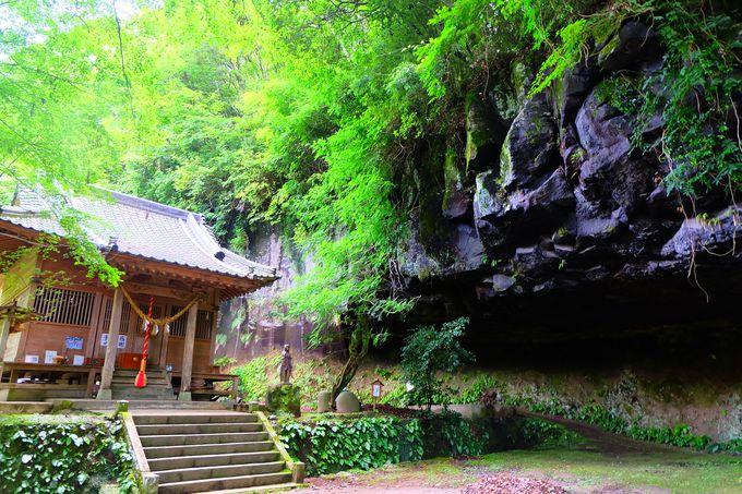 巨大な岩窟に思わず息を飲む神秘的空間