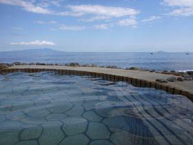 海抜ゼロメートル! 晴れた日には伊豆大島を眺めながら入る絶景風呂伊豆半島北川の「黒根岩風呂」|静岡県|トラベルjp<たびねす>