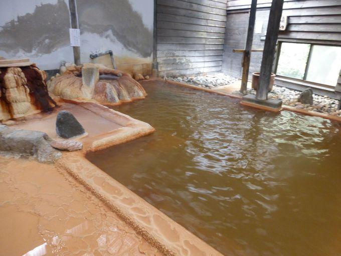 湧出物がびっしりこびりつく赤湯「五右衛門の湯」