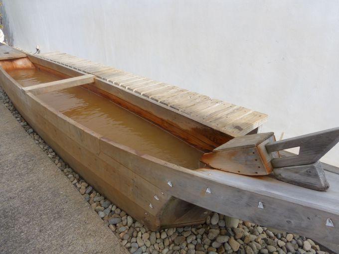 鵜舟の形の足湯は無料で楽しめます