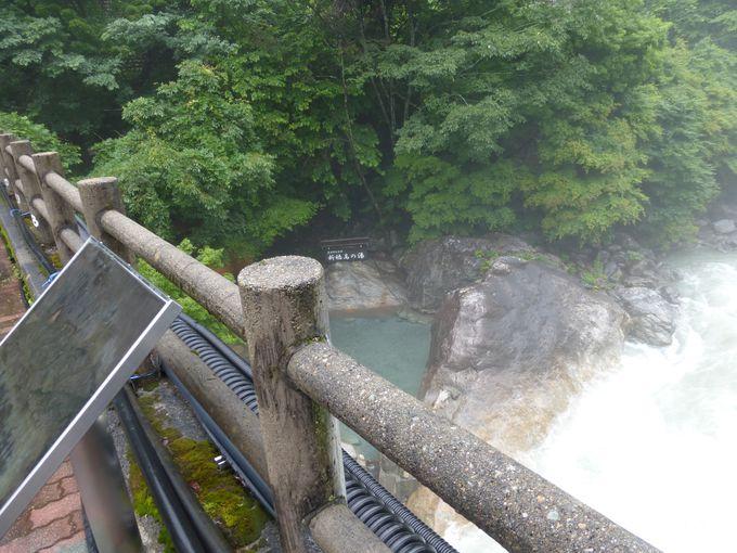 橋から見下ろせる温泉