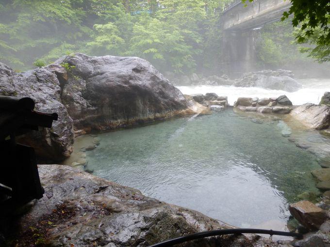 開放感ある野天風呂で自然を満喫!