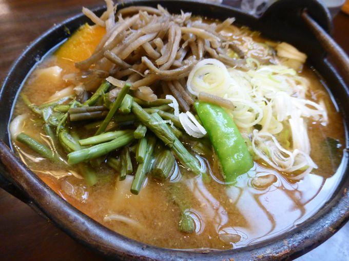 山梨の郷土料理「ほうとう」は極太麺と味噌の相性が絶妙
