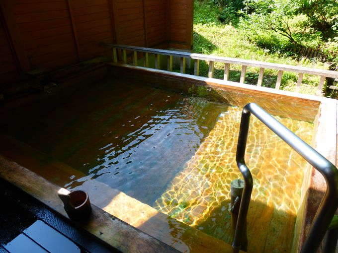女性専用の露天風呂や男女別の岩造りの内湯もある