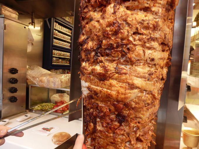 巨大な肉の塊をそぎ落として食べる!ドネル・ケバブ