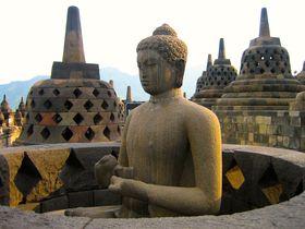 ジャワ島・世界遺産ボロブドゥール遺跡 仏像の小指に触れて運気上昇?!