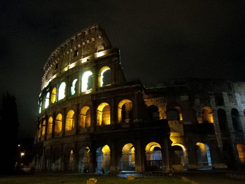 闇に浮かぶコロッセオ