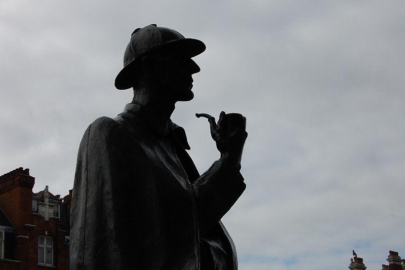 地下鉄の出口では、ホームズの銅像がお出迎え