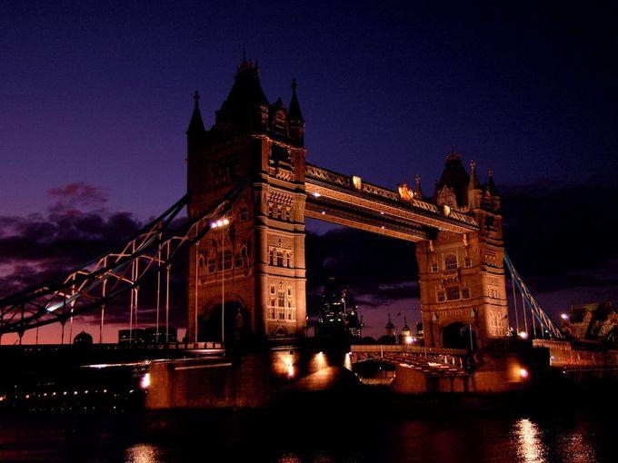 ロンドンの夜を飾る、美しき橋