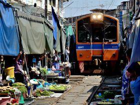 ギリギリすぎる!タイに電車が通る市場が!メークロン線路市場へはバンコクから日帰りで