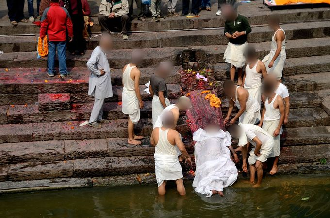 死者の体を清める聖なる水