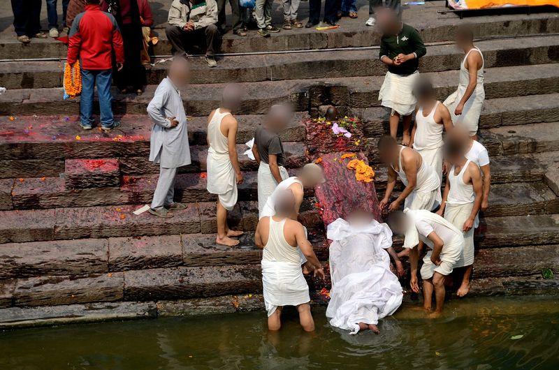 世界遺産パシュパティナート(ネパール)の火葬場は、人間の「死」と向き合える場所