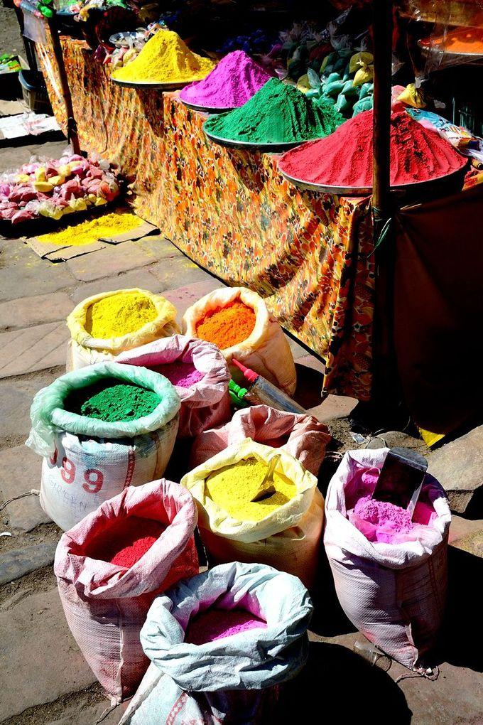 街中で売られるカラフルな色粉