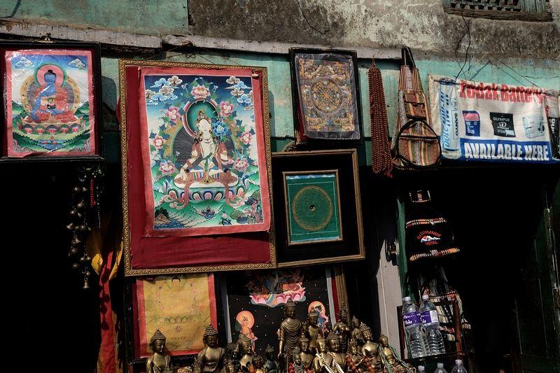 境内の土産物屋には仏教グッズがずらり