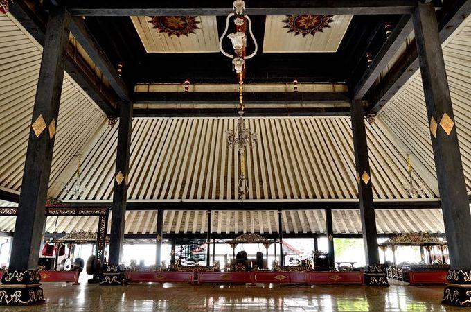 伝統芸能が演じられる、開放的な儀式の間