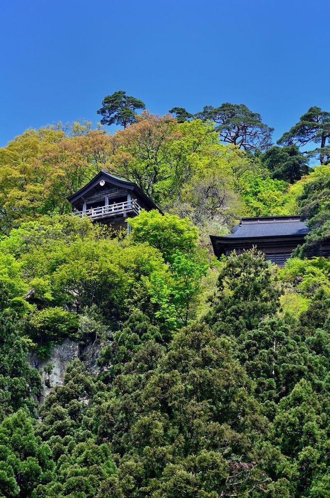 駅前から見える、山の上の寺
