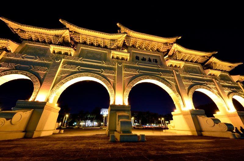 台湾3大観光名所!台北・中正紀念堂のライトアップが幻想的で美しい!