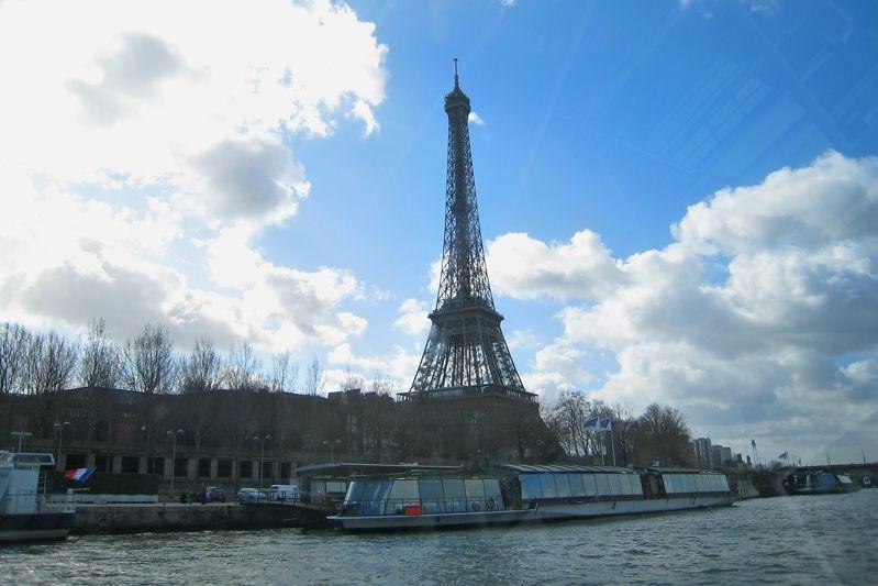 セーヌ河から眺めるエッフェル塔