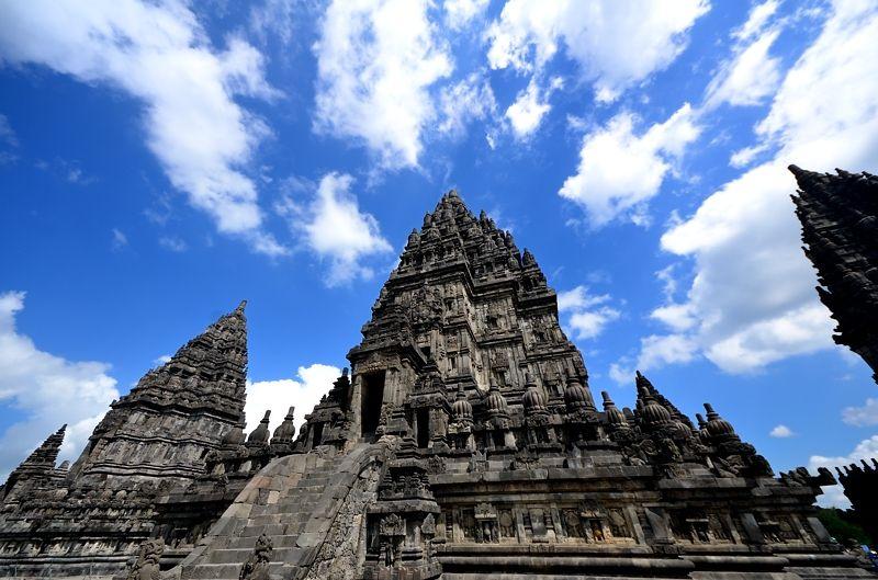 南国の空に聳え建つ神殿