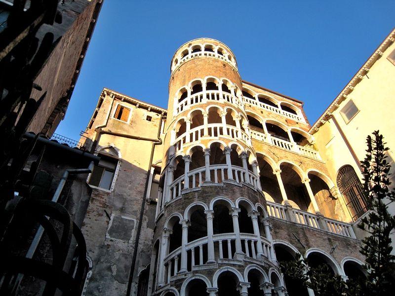 独特デザインの「コンタリーニ・デル・ボーヴォロ階段」