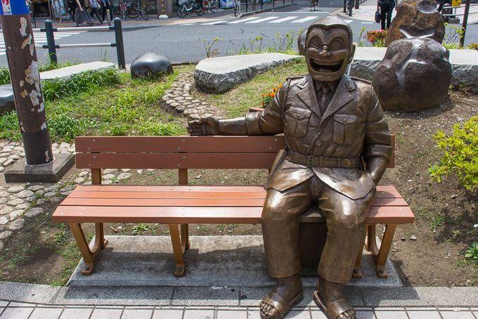 記念撮影に最適!ベンチに座る両さんの銅像!