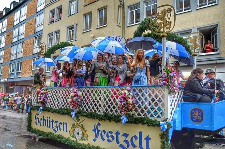 祭典のはじまりを告げる華やかなパレード