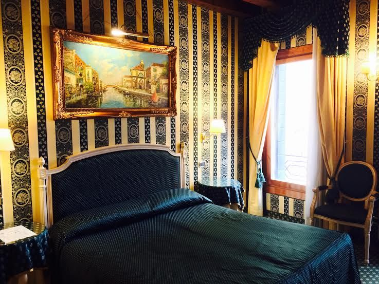 ヨーロッパのホテルらしいクラシカルな客室
