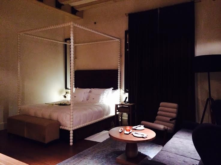 過ごしやすさを感じる天井の高い客室