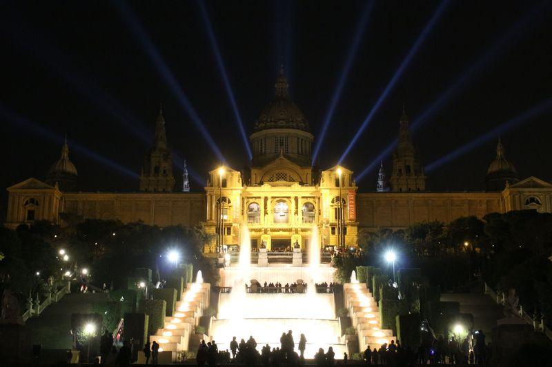ヨーロッパ随一・迫力の噴水ショー!バルセロナのマジカ噴水