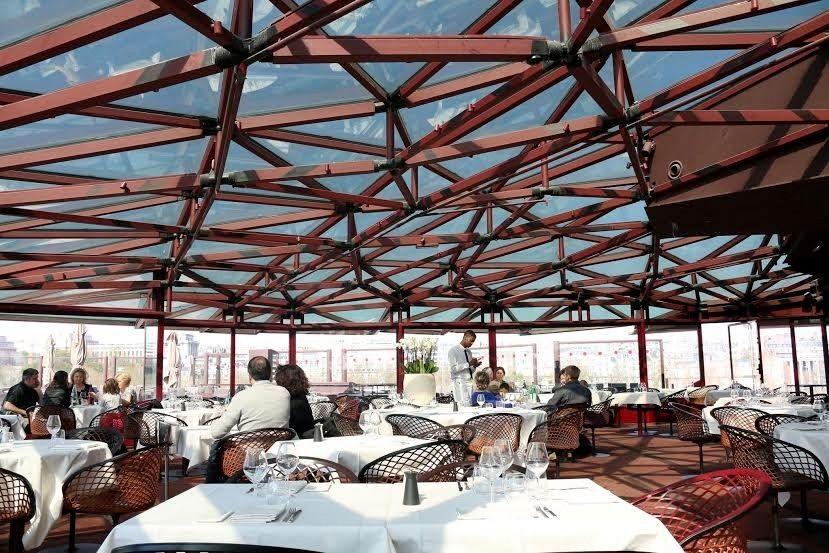 ガラスが張り巡らされた天井が美しいレストラン
