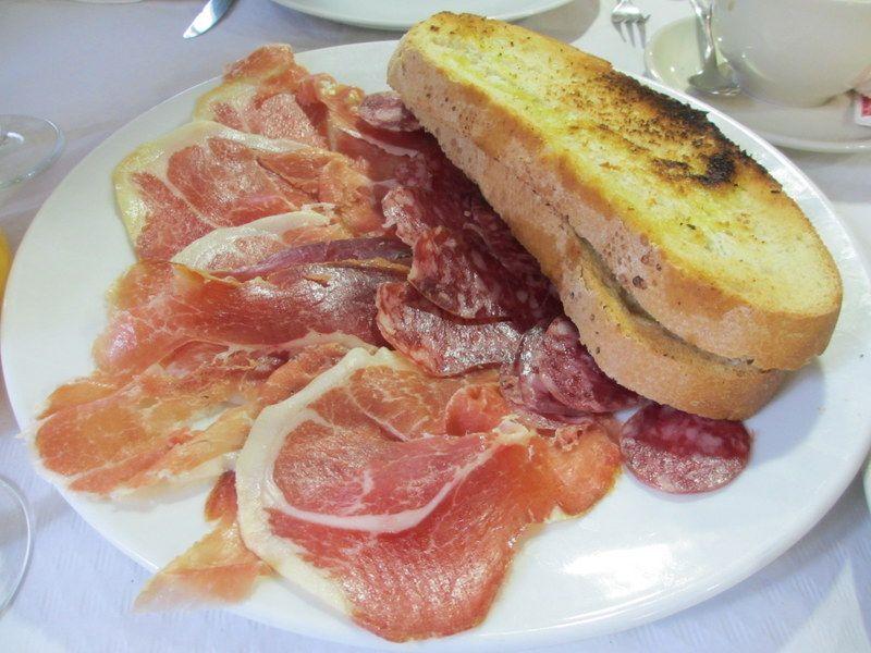 村人にも人気の、「Hotel La Casa de Juansabeli」のレストラン