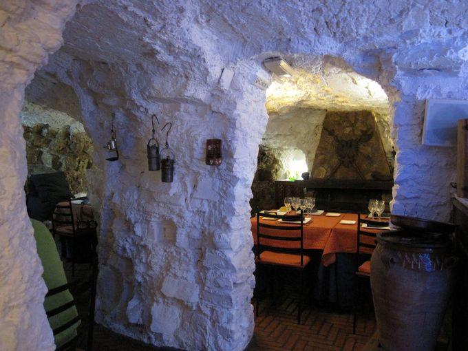 洞窟レストラン「クエバ・ラ・マルティナ」で郷土料理に舌鼓