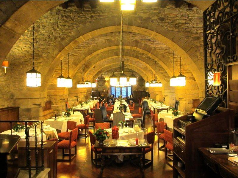 5星パラドール内の豪華なレストランで舌鼓