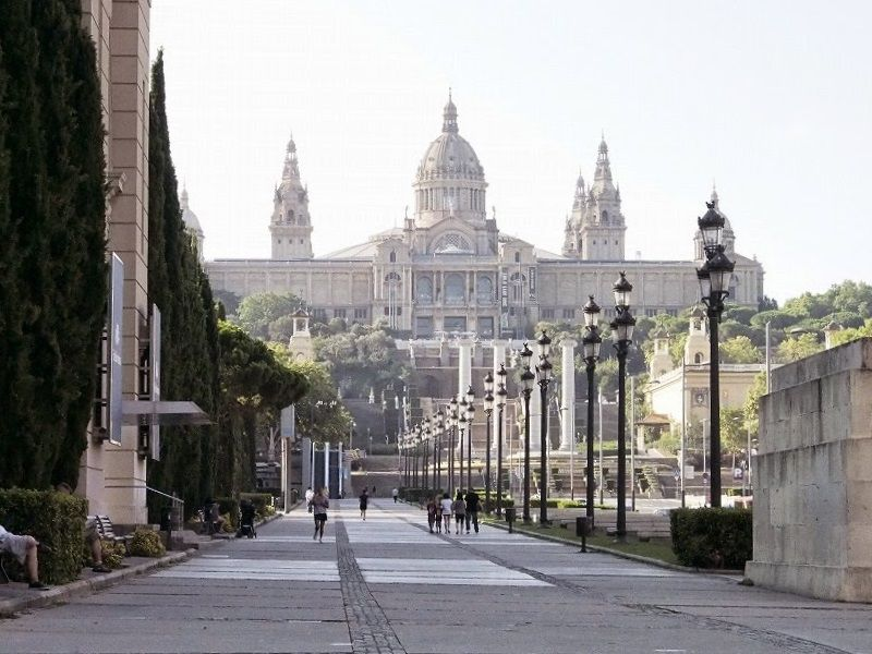 堂々たる外観のカタルーニャ美術館