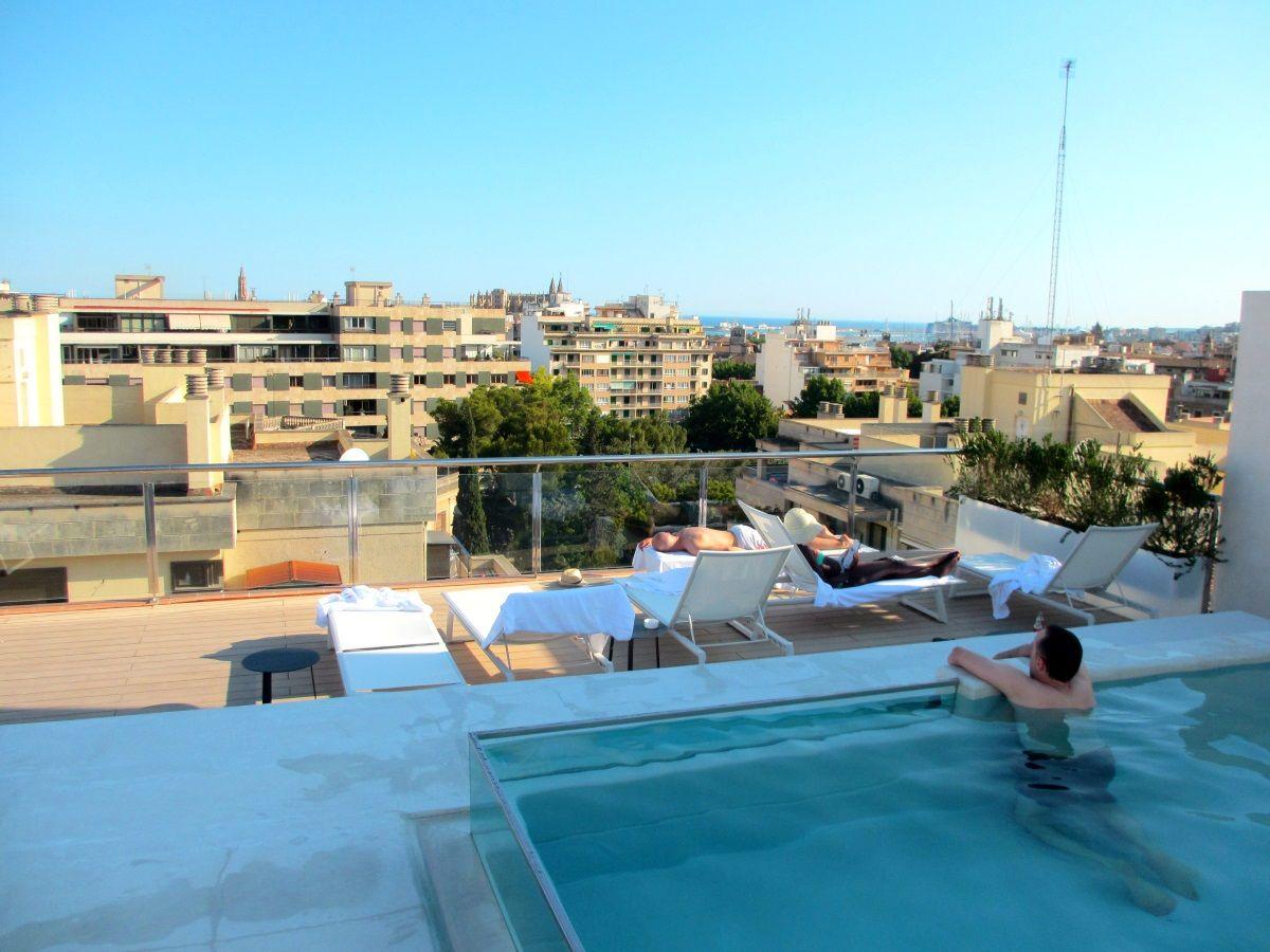 パルマ・デ・マヨルカを一望できる屋上プール