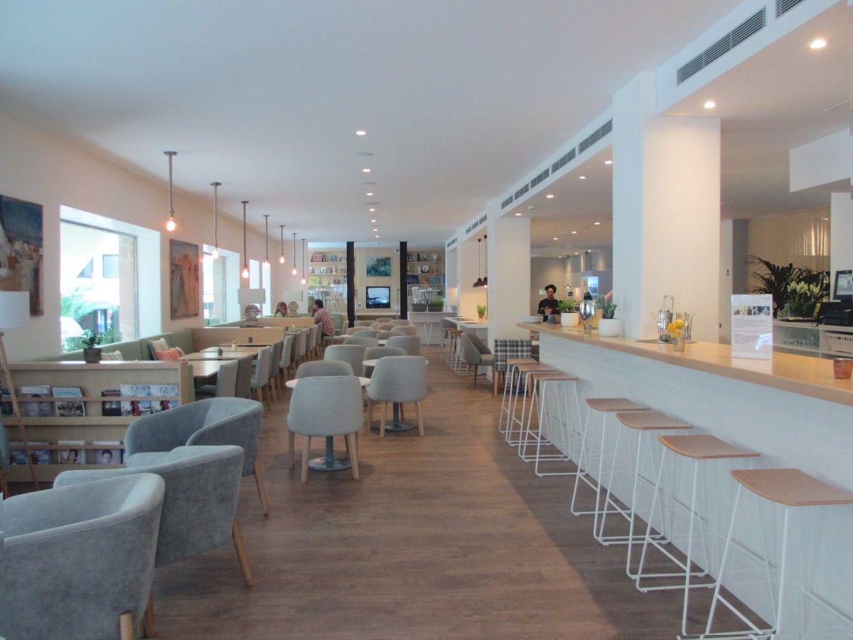開放的な朝食スペース