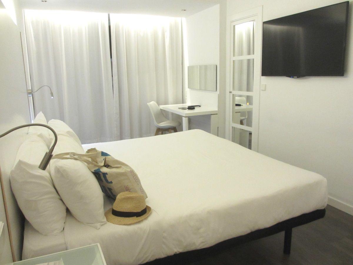 白で統一された、機能的で美しい客室