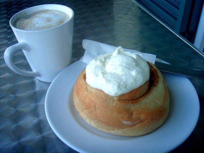 朝食は絶品シナモンロールを