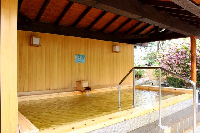 回遊式露天風呂では、貴重な「生」源泉かけ流しも!
